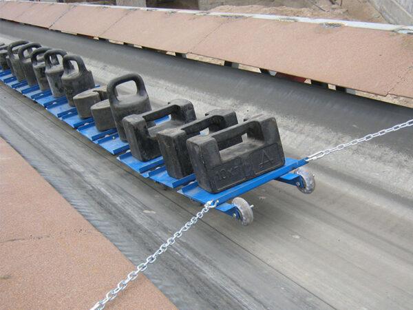 На движущейся ленте транспортера лежат цвета на конвейере автоваз